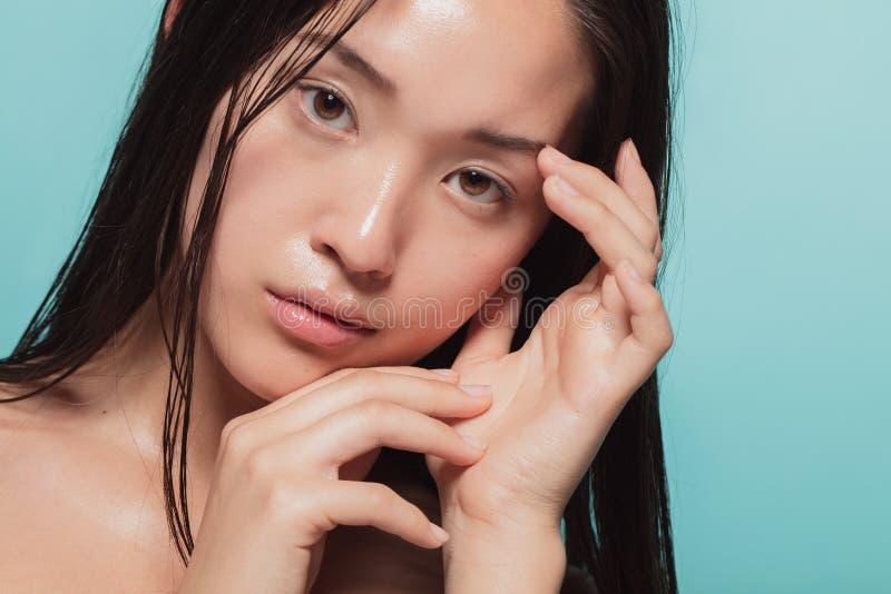 Asiatin mit schöner Haut lizenzfreie stockfotos