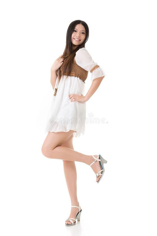 Asiatin mit weißem kurzem Kleid stockfotos
