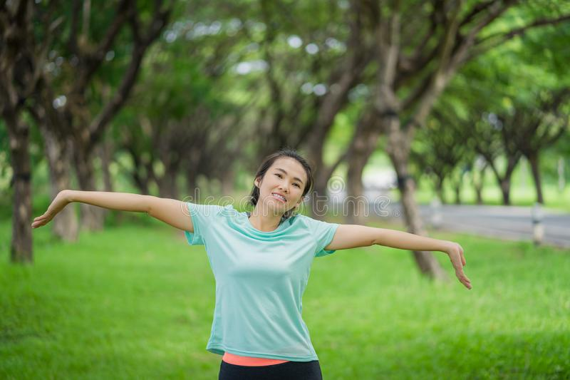 Asiatin trainiert im Park lizenzfreie stockfotos