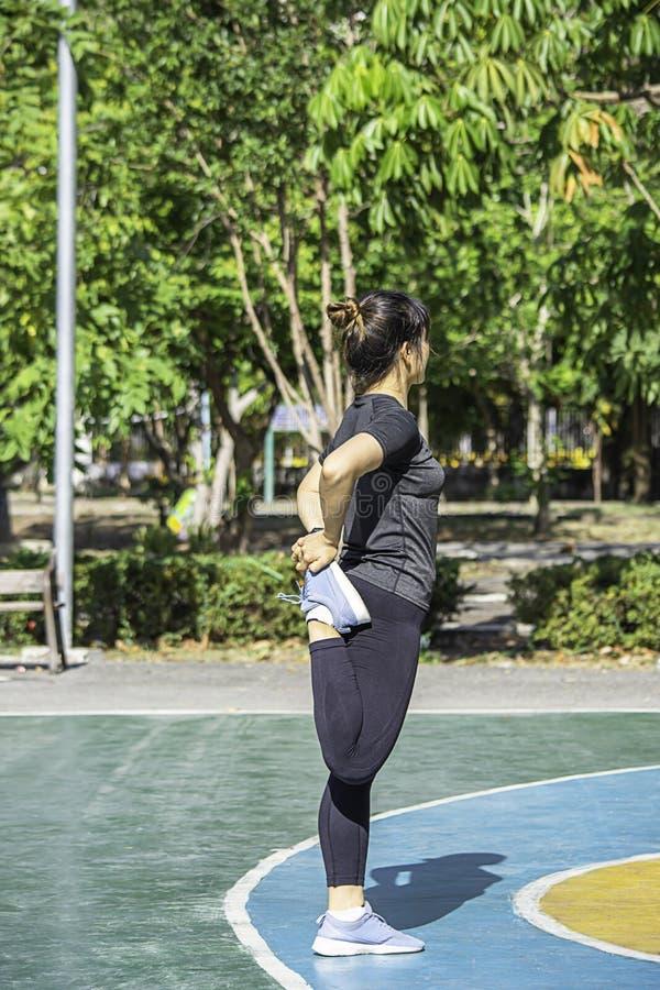 Asiatin wird vor ?bung an BangYau-Park, Nonthaburi in Thailand aufgew?rmt r lizenzfreies stockbild