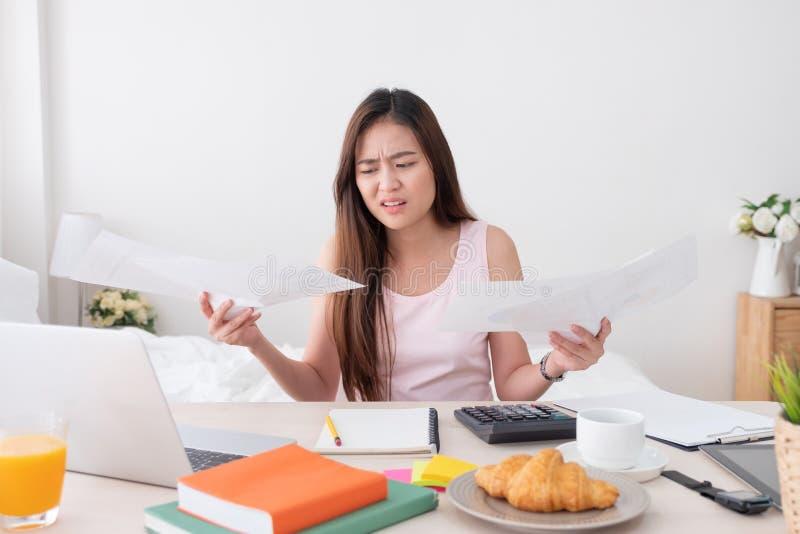 Asiatinfreiberuflerumkippen mit Arbeitsproblem mit Laptop auf mir lizenzfreies stockbild