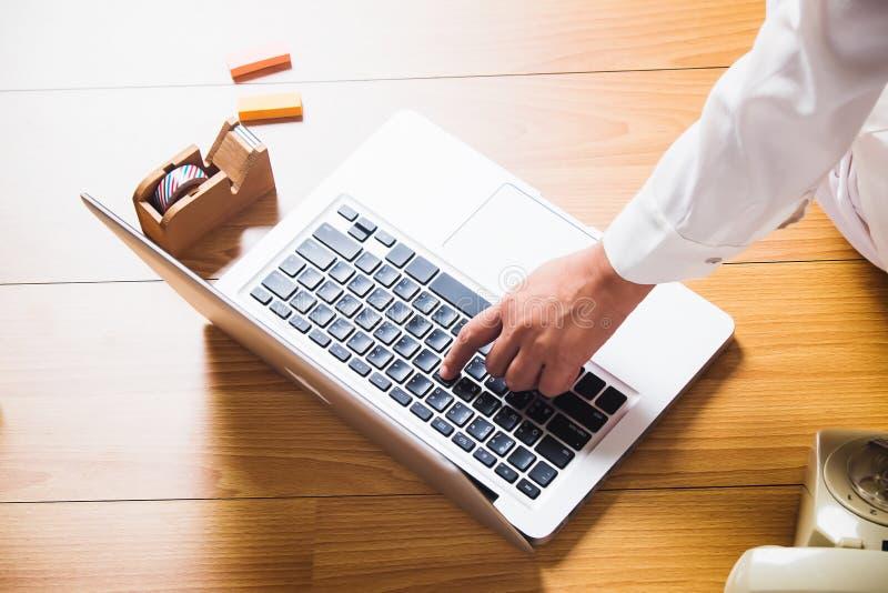 Asiatingebrauchs-Computerlaptop zu Hause stockfotos