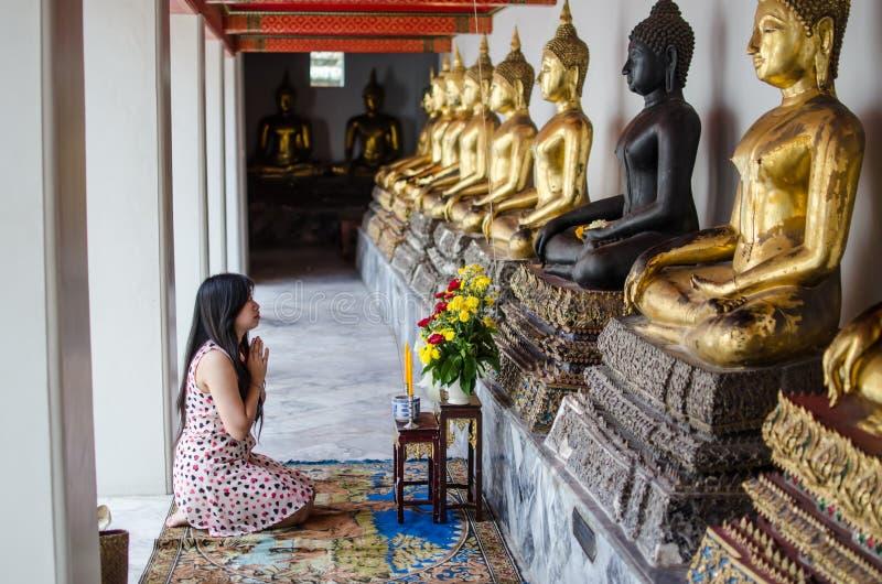 Asiatinmeditation beten Buddha stockfotografie