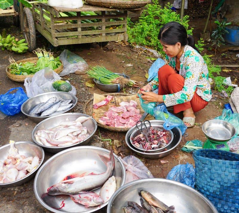 Asiatinnen, die frische Fische verkaufen stockfotografie