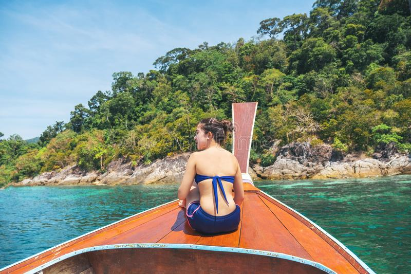 Asiatinnen, die im tropischen Meer der Sommerferien mit Boot des langen Schwanzes in Thailand sich entspannen lizenzfreies stockfoto
