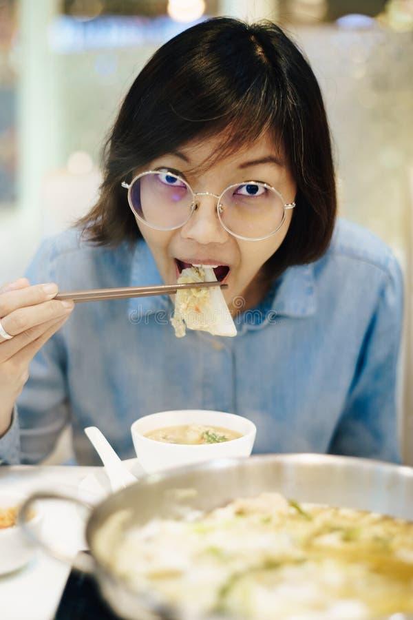 Asiatinnen, die sukiyaki am Restaurant essen lizenzfreies stockfoto