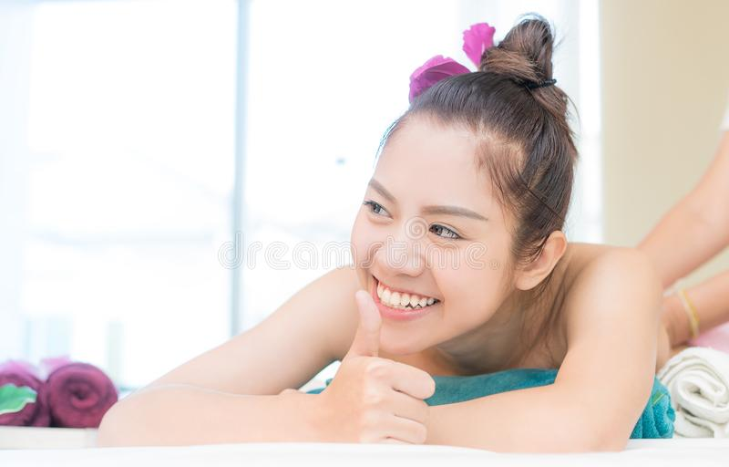 Asiatinnen hat eine gute Zeit beim Erhalten von Massage im Badekurort stockfoto
