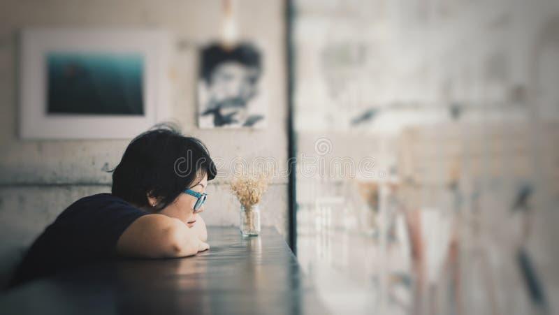 Asiatinnen mit Augengläsern im Kaffeestubecafé lizenzfreie stockbilder