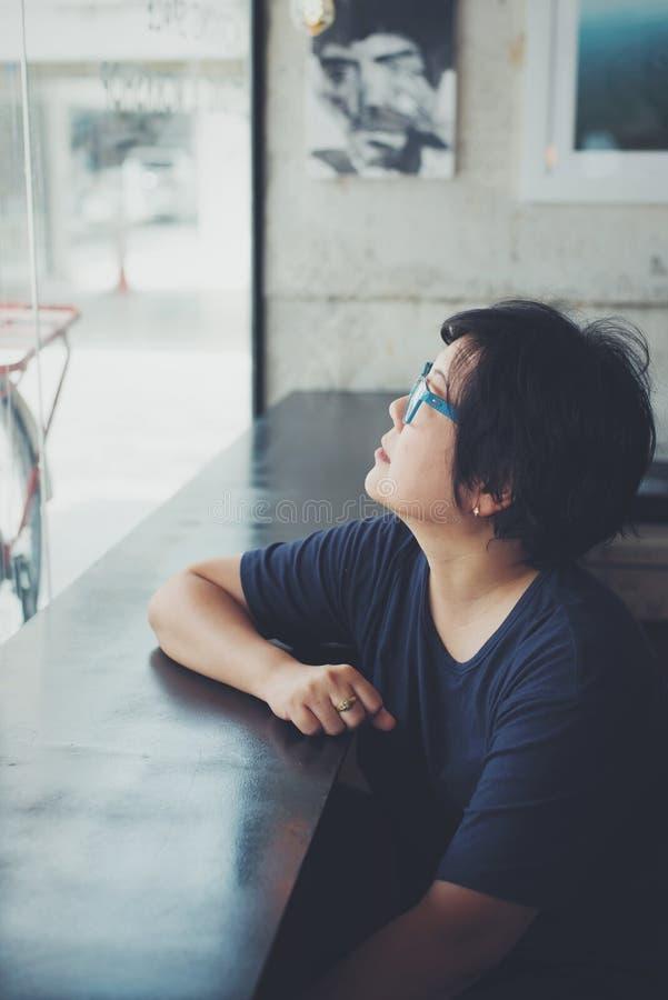Asiatinnen mit Augengläsern im Kaffeestubecafé stockbilder