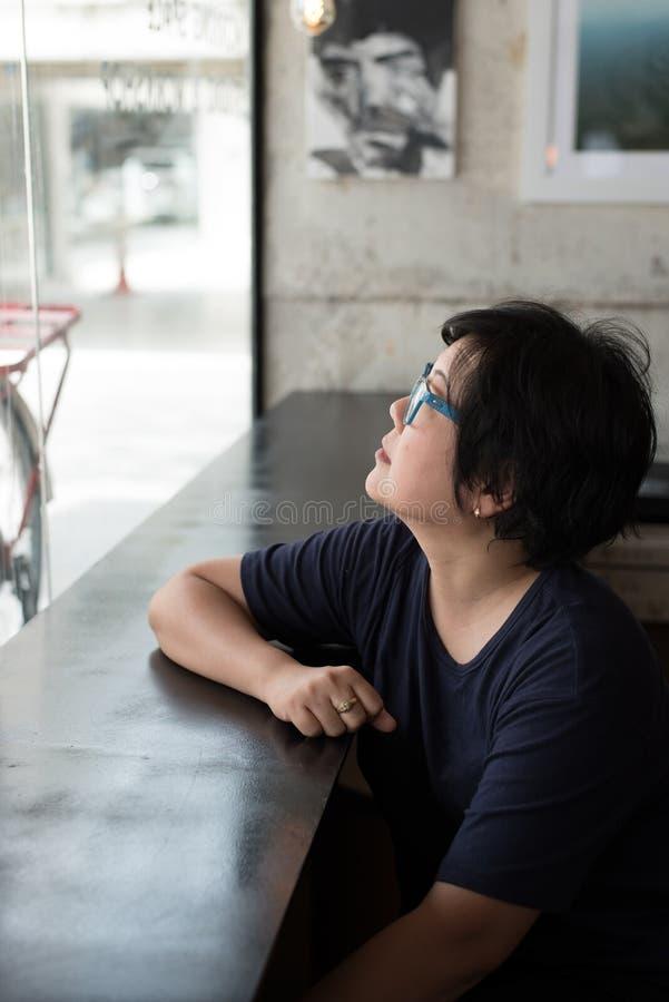Asiatinnen mit Augengläsern im Kaffeestubecafé stockbild