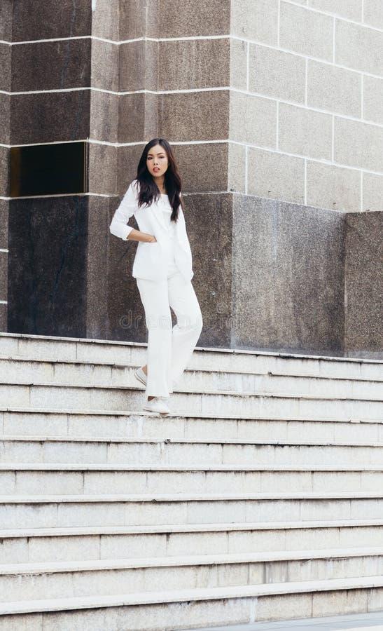 Asiatinnen sind schöne Geschäftsfrau stockfotos