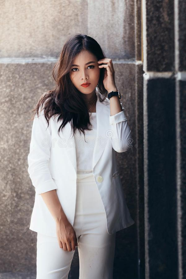 Asiatinnen sind schöne Geschäftsfrau stockbild