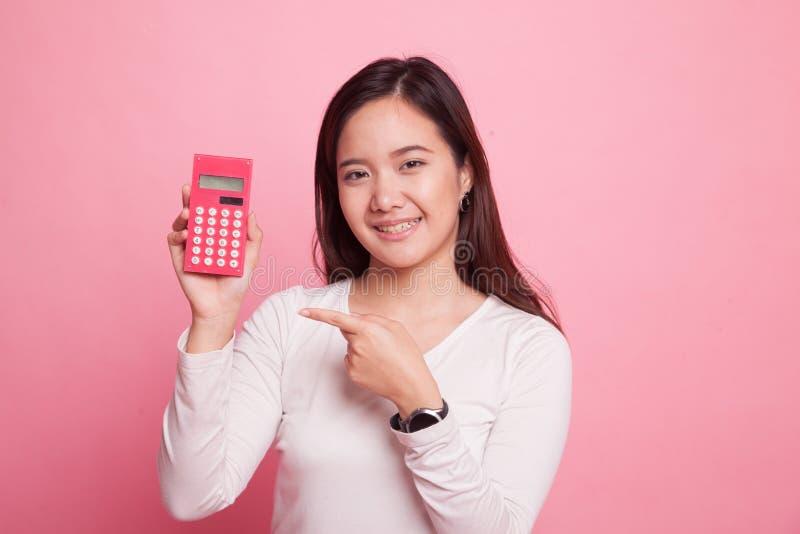Asiatinpunkt zum Taschenrechner stockbild