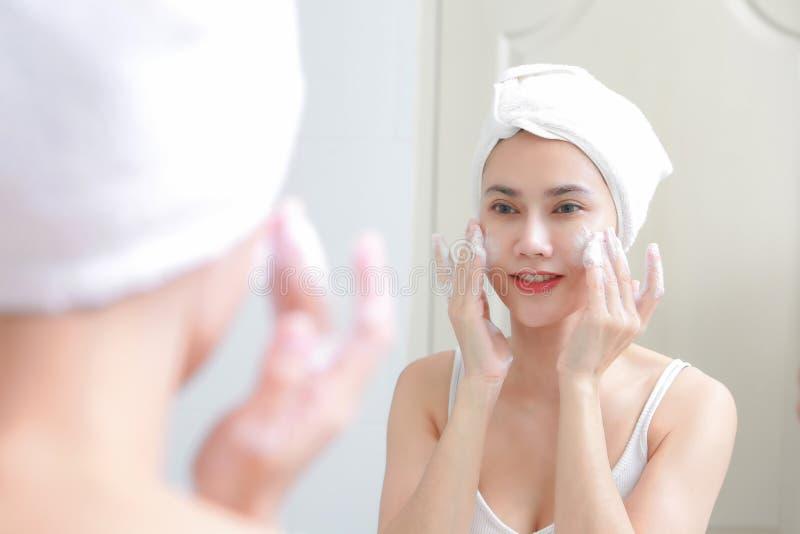 Asiatinreinigungs-Gesichtshaut amüsieren sich mit Blase cleansi lizenzfreies stockfoto