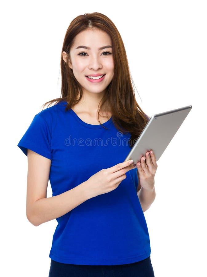 Asiatinstudenten-Lächelngesicht und glückliches mit dem Halten eines Computers lizenzfreie stockfotografie