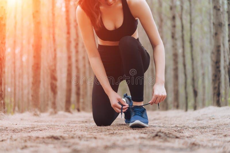 Asiatinverletzungsknie nach Schulungsübungsläufer stockfoto