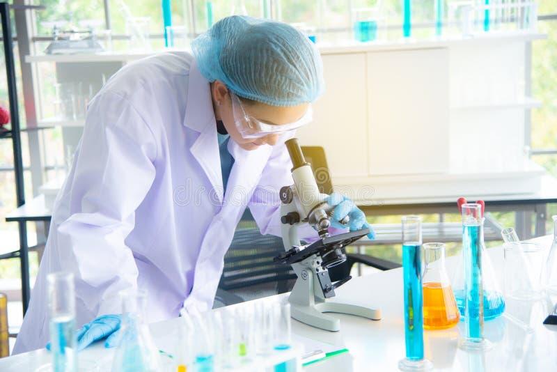 Asiatinwissenschaftler, -forscher, -techniker oder -student leiteten Forschung oder Experiment im Labor lizenzfreies stockbild