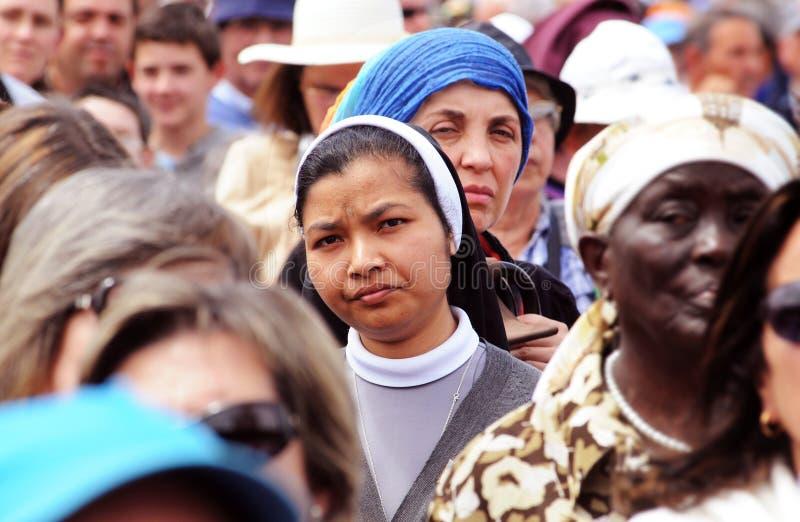 Asiatique Christian Nun Surrounded par des femmes, races humaines image stock