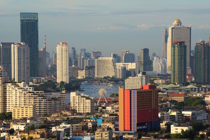 Asiatique o beira-rio entre arranha-céus em Banguecoque, Tailândia foto de stock