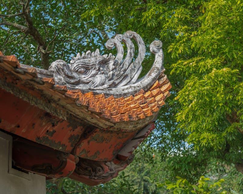 Asiatique Phoenix (phoung) décorant un toit au temple antique de la littérature à Hanoï, Vietnam photographie stock