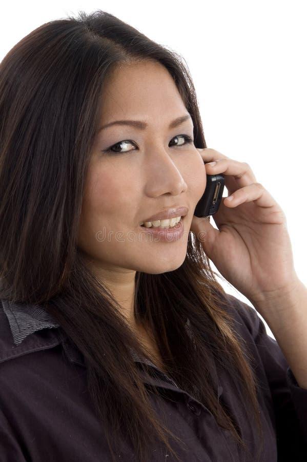 Asiatisch-pazifisch, Frau, die auf Mobile spricht lizenzfreie stockfotos