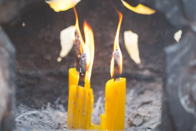 Asiatisch-thailändisches Volk und Ausländer, die Kerze für Respekt brennen und Gott im Tempel beten stockfotos