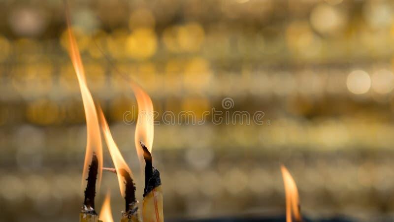 Asiatisch-thailändisches Volk und Ausländer, die Kerze für Respekt brennen und Gott im Tempel beten stockbilder