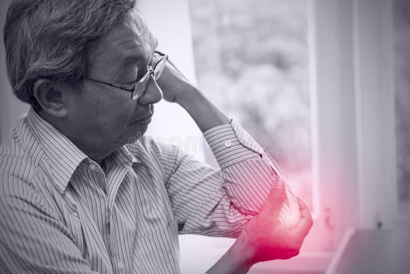 Asiatische ältere Ältestellbogenschmerz stockfoto