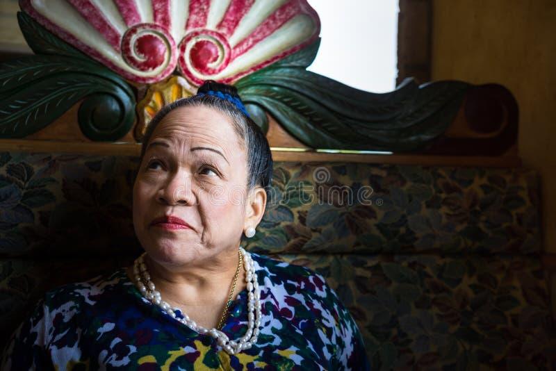 Asiatische ältere Frau, die oben schaut stockfotografie