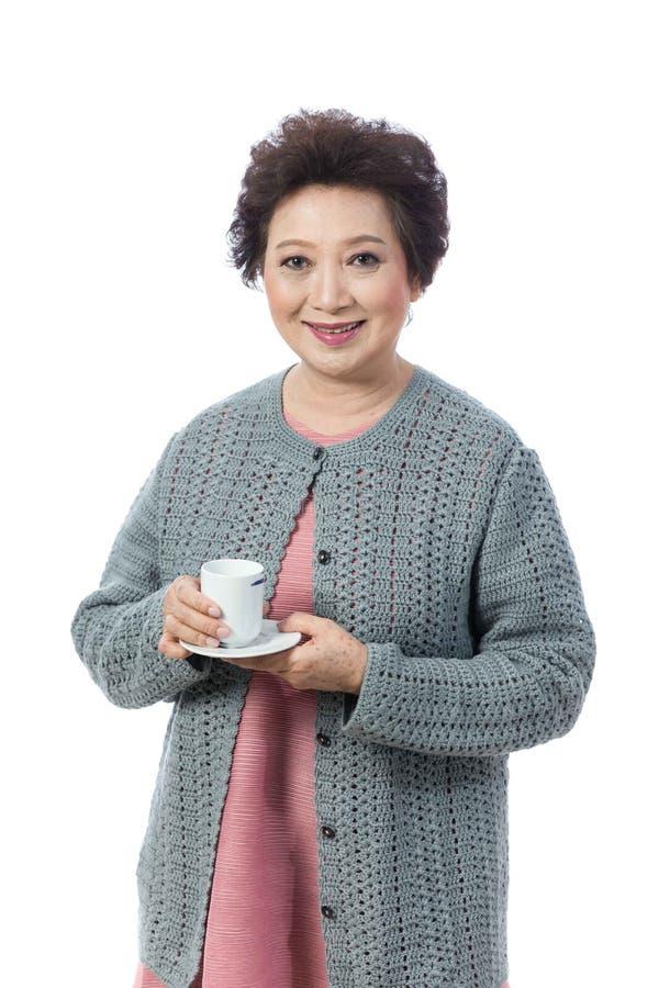 Asiatische ältere Frau lokalisiert auf Weiß lizenzfreie stockfotos
