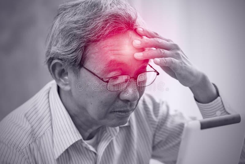 Asiatische Ältestschmerz vom Kopfschmerzendruck von der Anwendung der Tablette stockfotografie