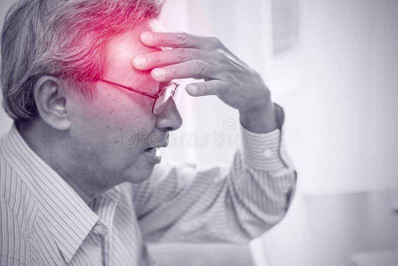 Asiatische Ältestschmerz von der Kopfschmerzendruckgefahr des Anschlags lizenzfreies stockfoto