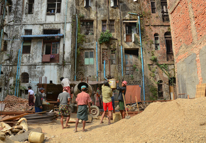 Asiatische Arbeitskräfte, die an der Baustelle arbeiten stockfoto