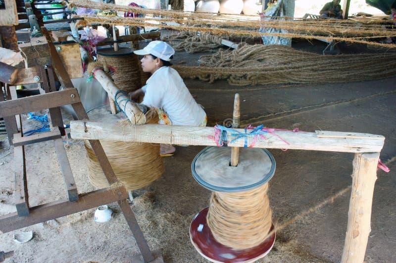 Asiatische Arbeitskraft, Coirmatte, Vietnamese, Coir stockbild