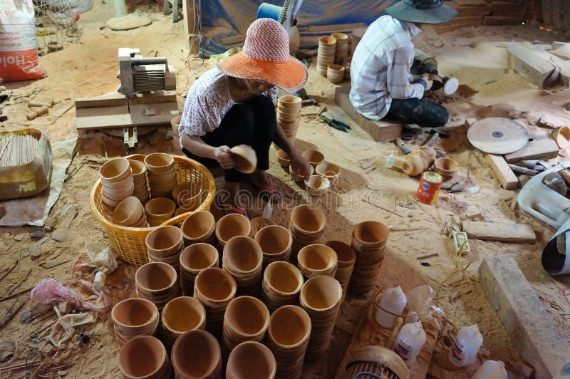Asiatische Arbeitskraft, hölzerne Werkstatt, Kokosnussprodukt stockfotografie