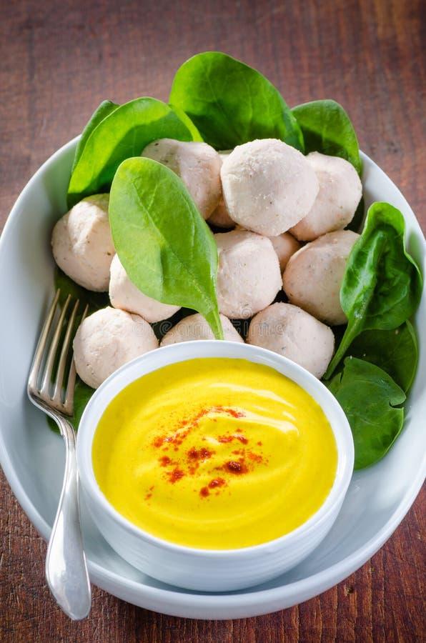 Asiatische Artfleischklöschen in einer Schüssel mit Safran und Jogurt sauce lizenzfreies stockfoto