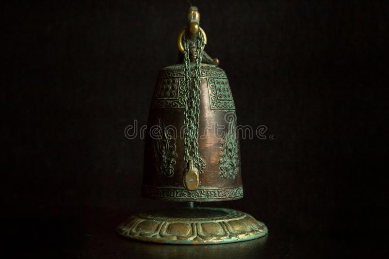 Asiatische Artglocke auf schwarzem Hintergrund lizenzfreies stockbild