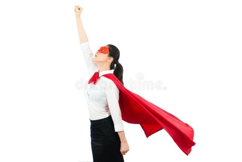 Asiatische Bürofrau, die wie ein Superheld auf die Oberseite fungiert stockfotos