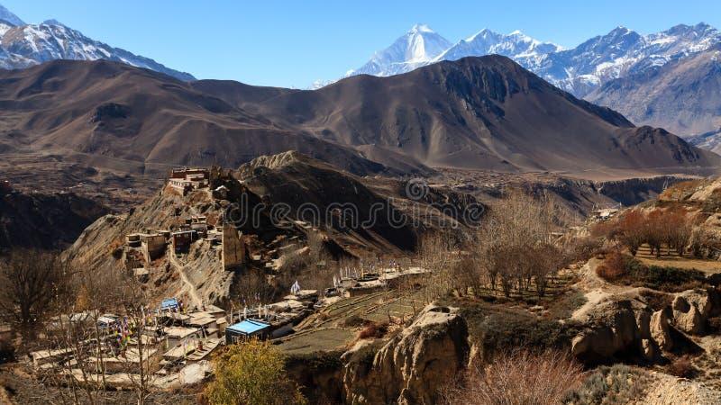 Asiatische Bergdorf- und Terrassenfelder im Herbst im unteren Mustang, Nepal, Himalaja, Annapurna-Naturschutzgebiet lizenzfreies stockbild