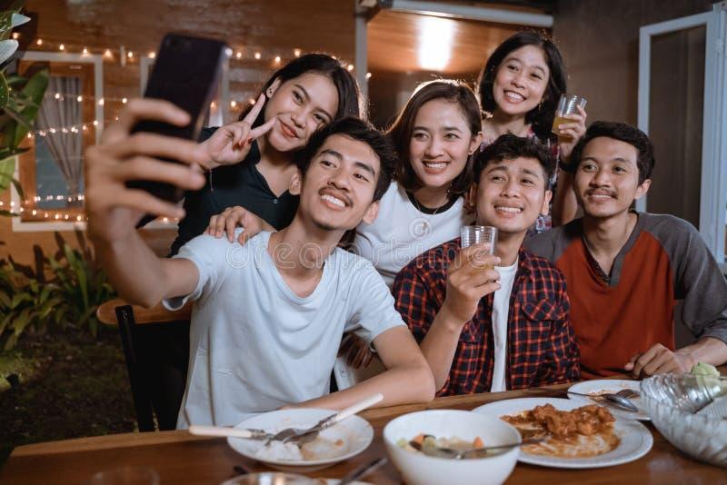 Asiatische bestfriend Gruppe selfie mit Smartphone nehmen beim Haben des Gartenfests stockfotos