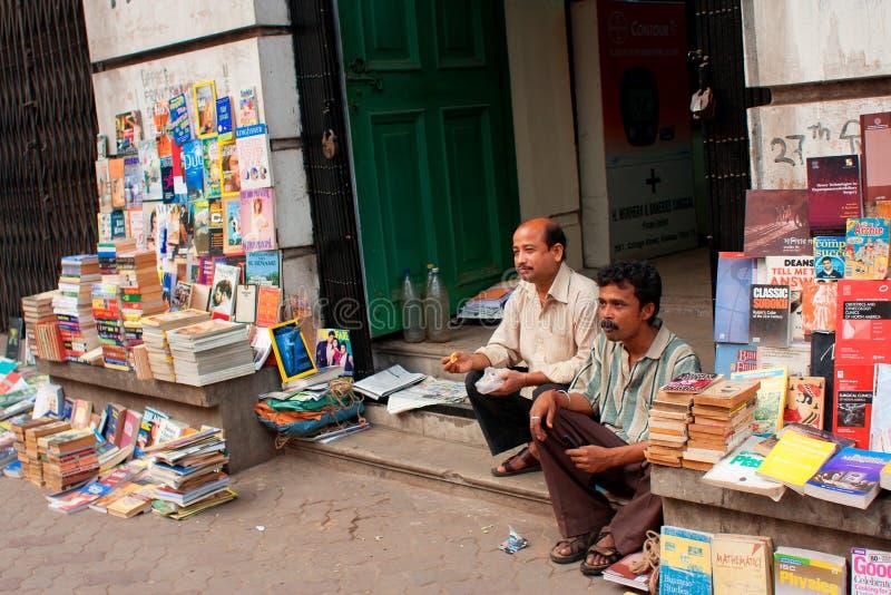 Asiatische Buchverkäufer warten die Kunden auf der Straße stockbilder