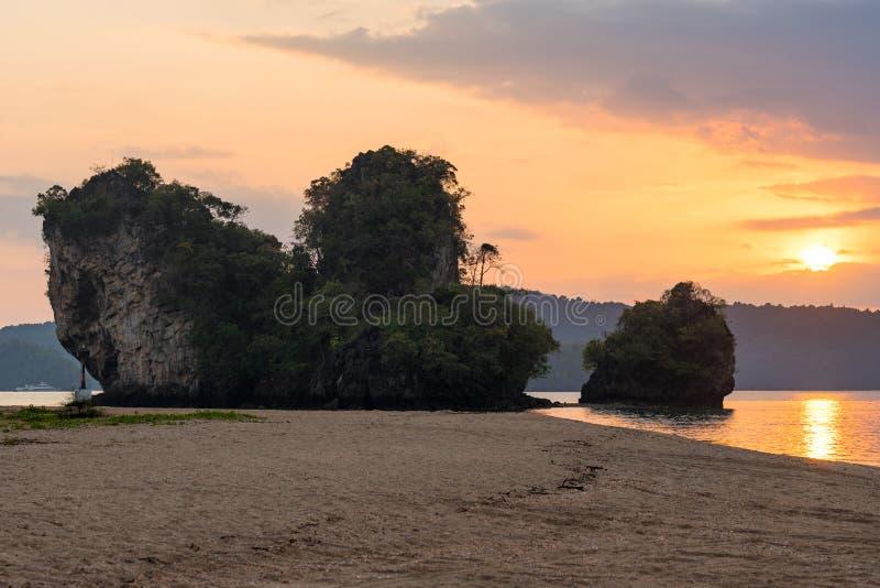 Asiatische bunte Sonnenunterganglandschaft auf Strand Napparat Thara mit Klippen auf Küste in Krabi-Provinz in Thailand lizenzfreie stockbilder