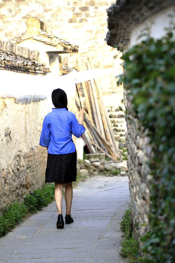Asiatische Chinesin in der traditionellen Studentenklage in der Republik China stockbild