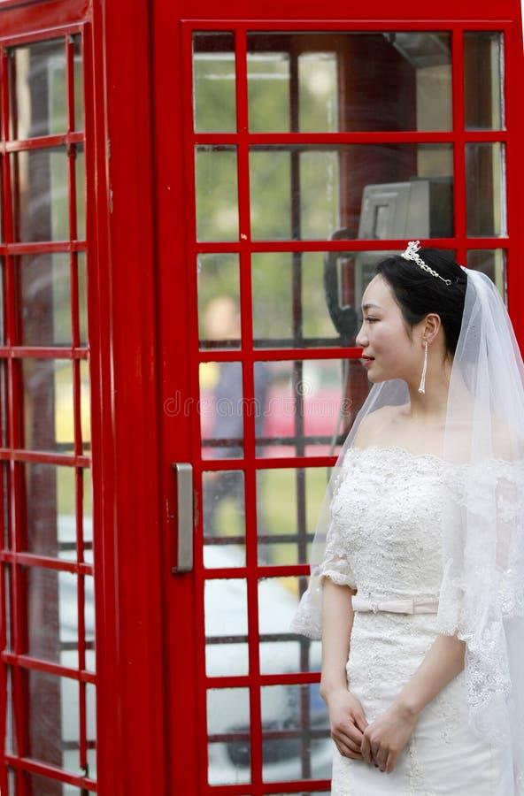 Asiatische Chinesin im Hochzeitskleid lizenzfreie stockfotografie