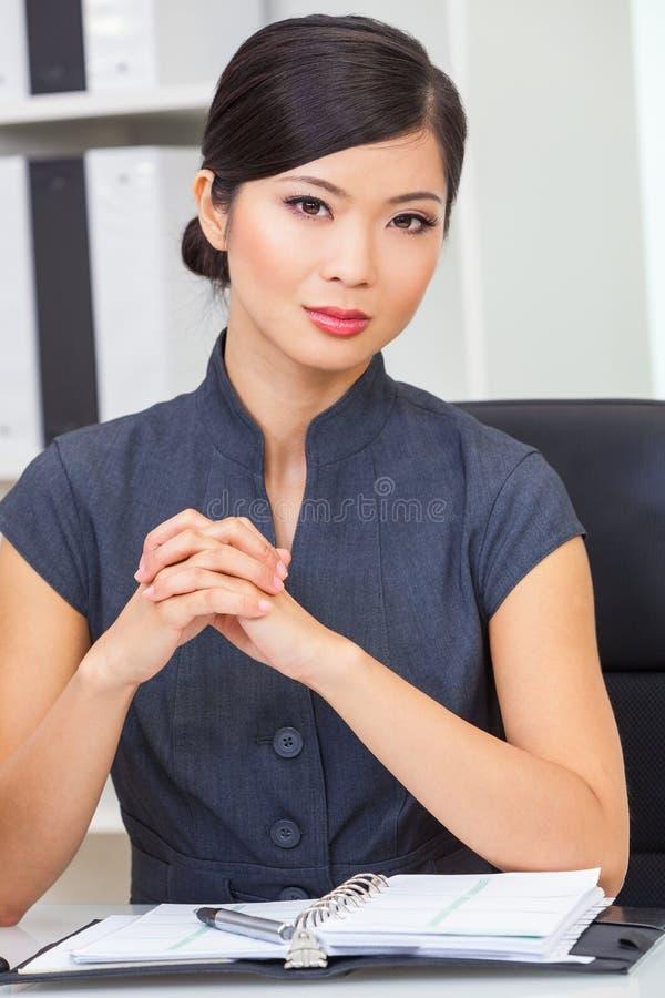 Asiatische Chinesin oder Geschäftsfrau in ihrem Büro stockfotografie