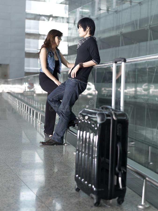 Asiatische chinesische Paare, die am Flughafen warten stockfotos