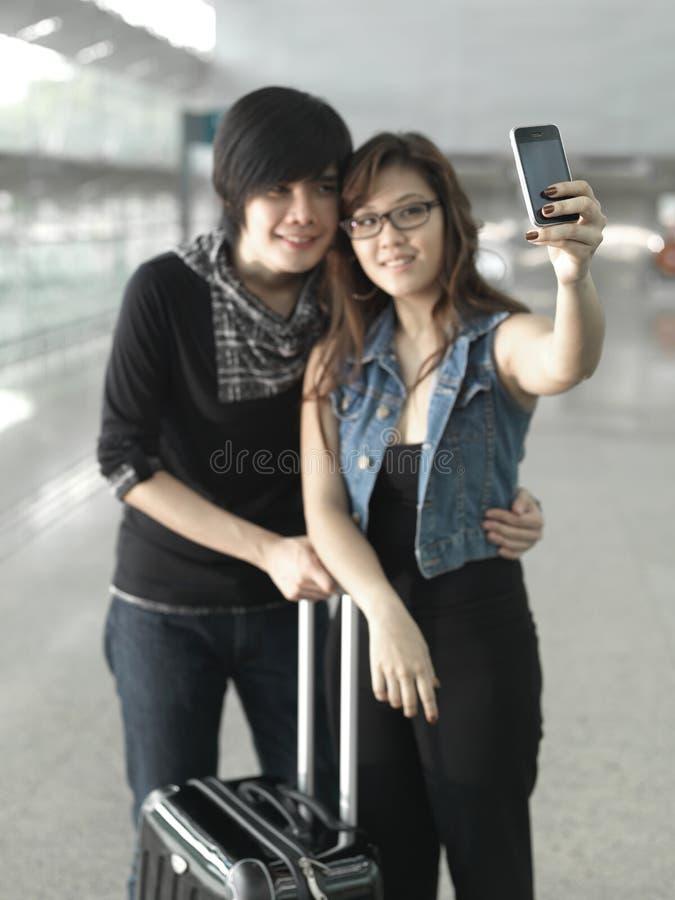 Asiatische chinesische Paare, die Selbstportraite nehmen lizenzfreie stockfotografie