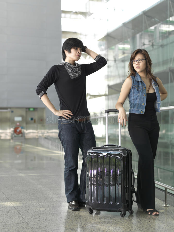 Asiatische chinesische Paare in einem Kampf am Flughafen stockbild