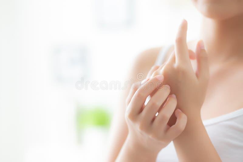 Asiatische Creme und Behandlung für Hautpflegenote, Asien-Mädchen mit Lotionsbadekurort an Hand anwendende und befeuchtende Frau  lizenzfreies stockfoto