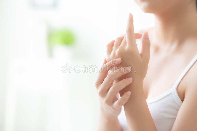 Asiatische Creme und Behandlung f?r Hautpflegenote, Asien-M?dchen mit Lotionsbadekurort an Hand anwendende und befeuchtende Frau  lizenzfreie stockfotos